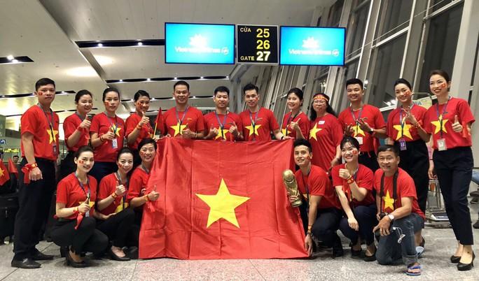 CĐV nhuộm đỏ các chuyến bay sang Jakarta tiếp lửa cho Olympic Việt Nam - Ảnh 7.