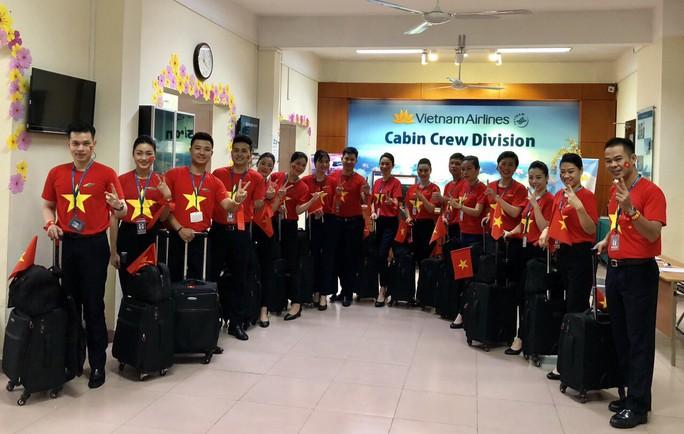 CĐV nhuộm đỏ các chuyến bay sang Jakarta tiếp lửa cho Olympic Việt Nam - Ảnh 8.