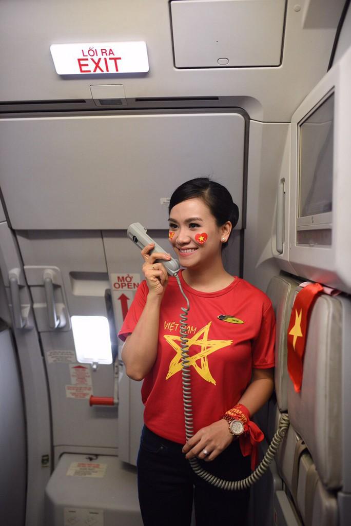 CĐV nhuộm đỏ các chuyến bay sang Jakarta tiếp lửa cho Olympic Việt Nam - Ảnh 9.