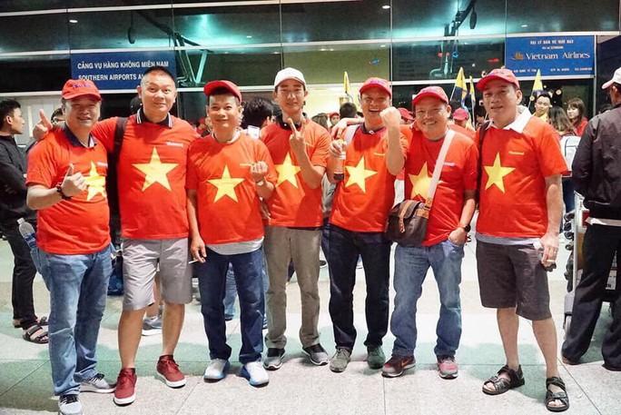 CĐV nhuộm đỏ các chuyến bay sang Jakarta tiếp lửa cho Olympic Việt Nam - Ảnh 14.