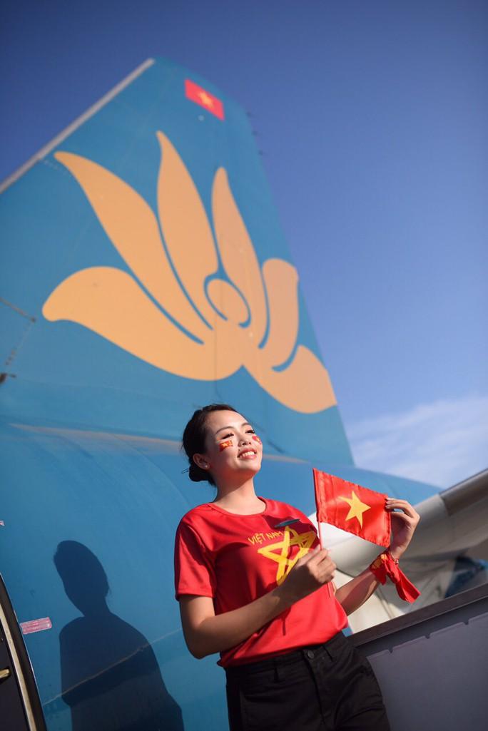 CĐV nhuộm đỏ các chuyến bay sang Jakarta tiếp lửa cho Olympic Việt Nam - Ảnh 16.