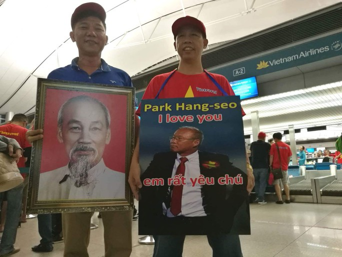 CĐV nhuộm đỏ các chuyến bay sang Jakarta tiếp lửa cho Olympic Việt Nam - Ảnh 18.