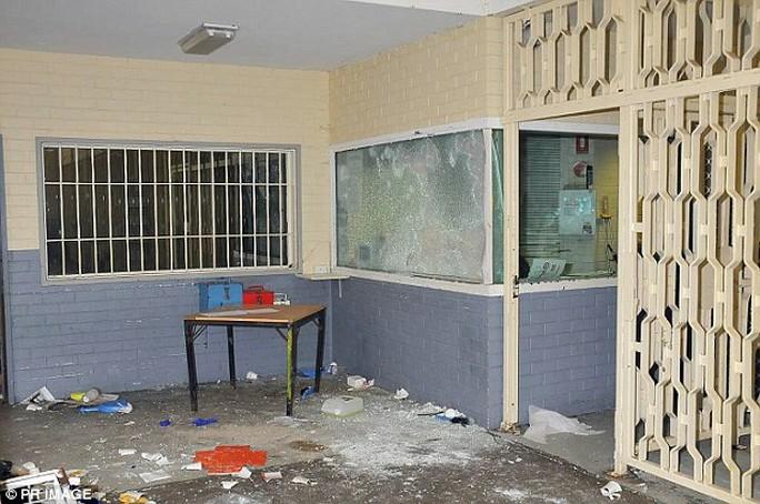 Úc: Cho tù nhân nữ uống thuốc tránh thai sau bạo loạn - Ảnh 1.