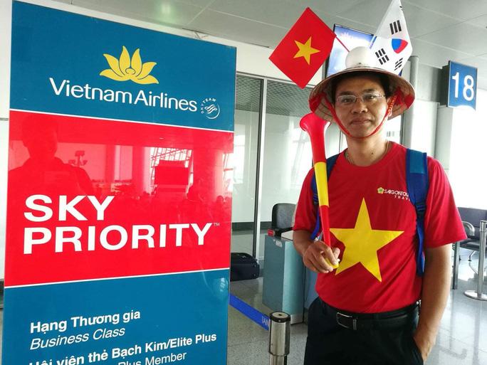 CĐV nhuộm đỏ các chuyến bay sang Jakarta tiếp lửa cho Olympic Việt Nam - Ảnh 19.
