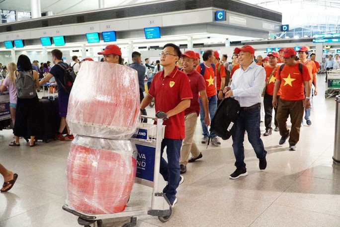 CĐV nhuộm đỏ các chuyến bay sang Jakarta tiếp lửa cho Olympic Việt Nam - Ảnh 26.
