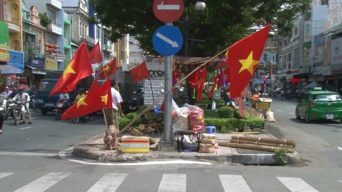 Người hâm mộ cả nước náo nức cổ vũ Olympic Việt Nam - Ảnh 1.