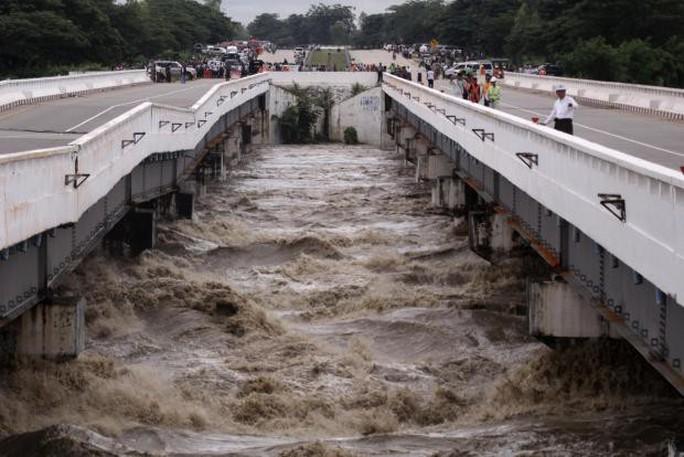 Myanmar: Vỡ đập, 100 ngôi làng ngập trong nước lũ - Ảnh 1.