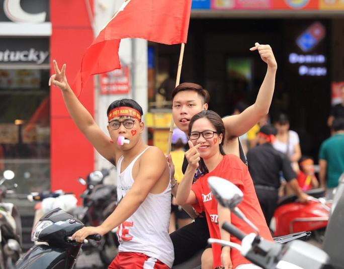 Người hâm mộ cả nước náo nức cổ vũ Olympic Việt Nam - Ảnh 7.
