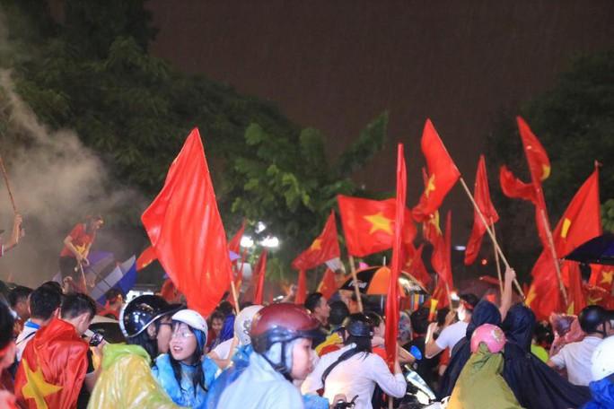 CĐV thắp lửa dưới mưa sau siêu phẩm của Minh Vương - Ảnh 7.