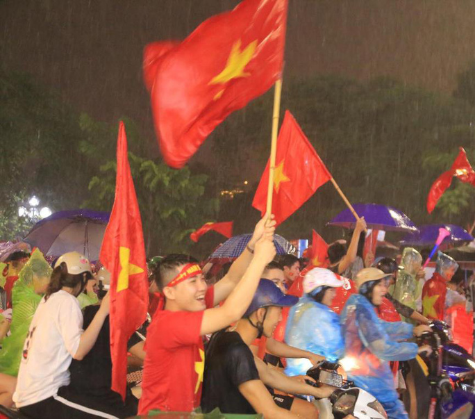 CĐV thắp lửa dưới mưa sau siêu phẩm của Minh Vương - Ảnh 8.