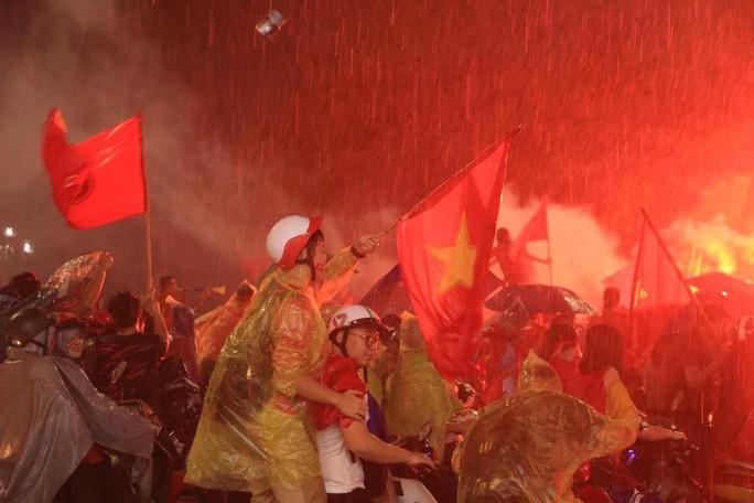 CĐV thắp lửa dưới mưa sau siêu phẩm của Minh Vương - Ảnh 9.
