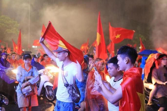 CĐV thắp lửa dưới mưa sau siêu phẩm của Minh Vương - Ảnh 10.