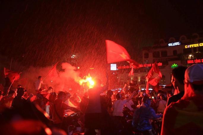 CĐV thắp lửa dưới mưa sau siêu phẩm của Minh Vương - Ảnh 12.