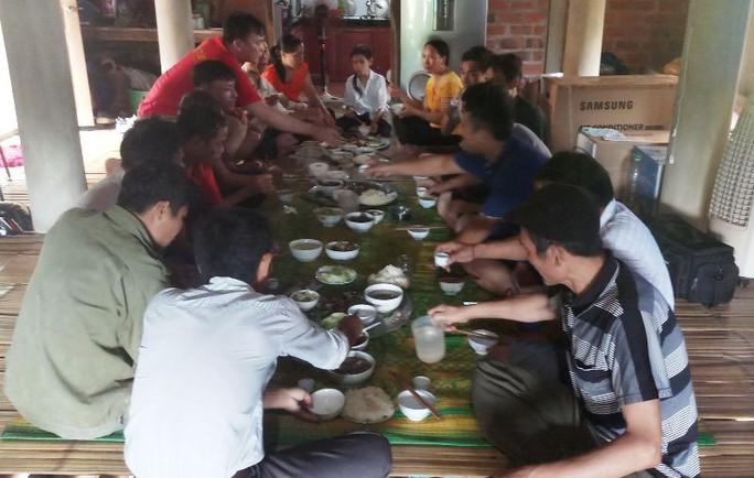 Bố thủ môn Bùi Tiến Dũng mổ trâu thết đãi dân làng cổ vũ Olympic Việt Nam - Ảnh 5.
