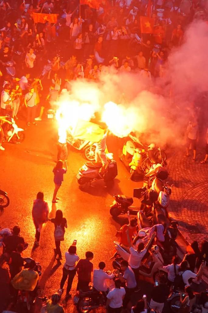 CĐV thắp lửa dưới mưa sau siêu phẩm của Minh Vương - Ảnh 6.