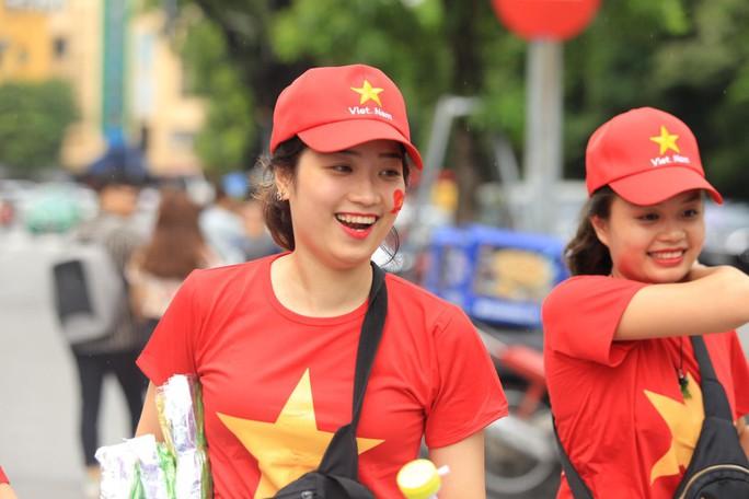 Người hâm mộ cả nước náo nức cổ vũ Olympic Việt Nam - Ảnh 10.