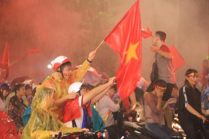 CĐV thắp lửa dưới mưa sau siêu phẩm của Minh Vương - Ảnh 13.
