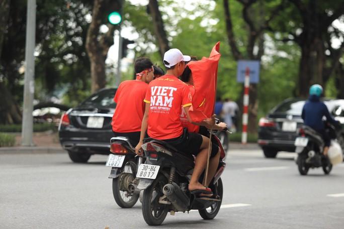 Người hâm mộ cả nước náo nức cổ vũ Olympic Việt Nam - Ảnh 11.