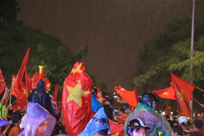CĐV thắp lửa dưới mưa sau siêu phẩm của Minh Vương - Ảnh 14.
