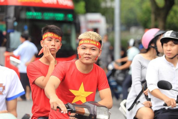 Người hâm mộ cả nước náo nức cổ vũ Olympic Việt Nam - Ảnh 12.