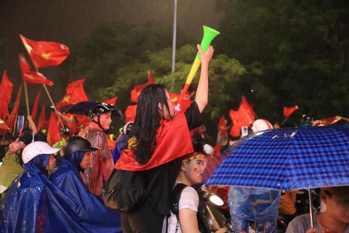 CĐV thắp lửa dưới mưa sau siêu phẩm của Minh Vương - Ảnh 15.