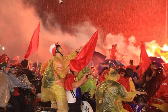 CĐV thắp lửa dưới mưa sau siêu phẩm của Minh Vương - Ảnh 16.