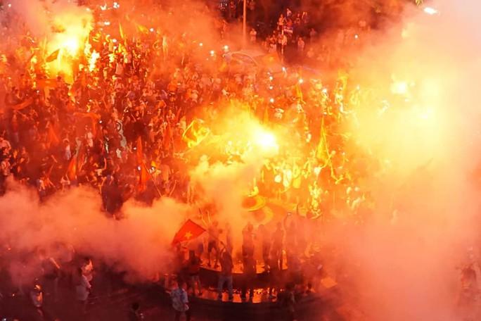 CĐV thắp lửa dưới mưa sau siêu phẩm của Minh Vương - Ảnh 5.