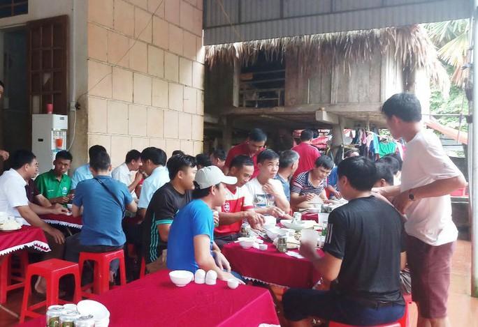 Bố thủ môn Bùi Tiến Dũng mổ trâu thết đãi dân làng cổ vũ Olympic Việt Nam - Ảnh 4.