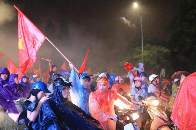 CĐV thắp lửa dưới mưa sau siêu phẩm của Minh Vương - Ảnh 21.