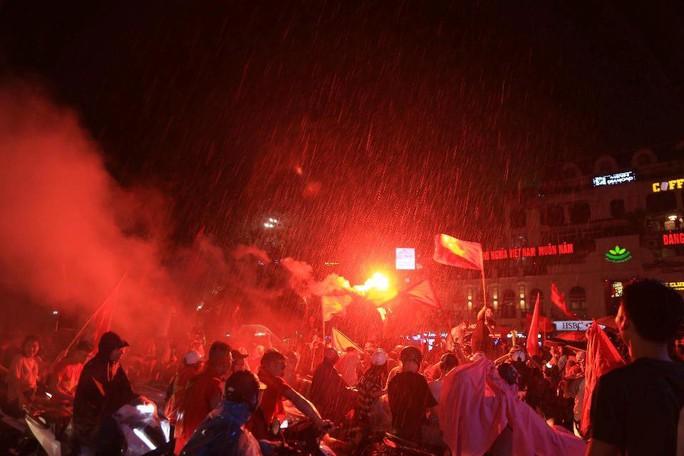 CĐV thắp lửa dưới mưa sau siêu phẩm của Minh Vương - Ảnh 23.