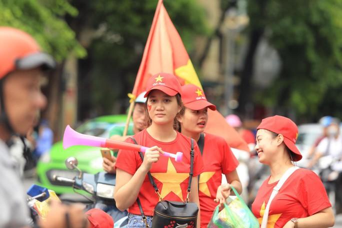 Người hâm mộ cả nước náo nức cổ vũ Olympic Việt Nam - Ảnh 17.