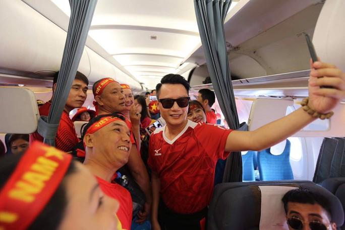 CĐV nhuộm đỏ các chuyến bay sang Jakarta tiếp lửa cho Olympic Việt Nam - Ảnh 20.