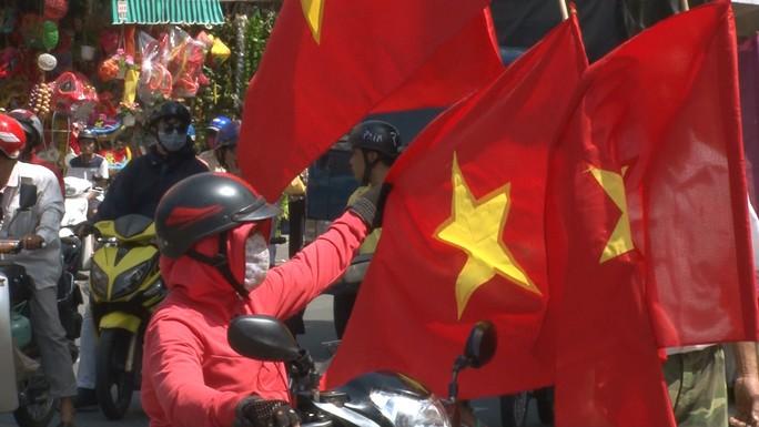 Người hâm mộ cả nước náo nức cổ vũ Olympic Việt Nam - Ảnh 2.