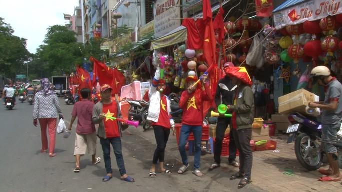 Người hâm mộ cả nước náo nức cổ vũ Olympic Việt Nam - Ảnh 4.
