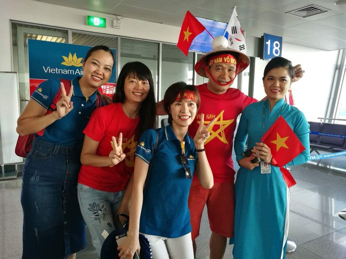 CĐV nhuộm đỏ các chuyến bay sang Jakarta tiếp lửa cho Olympic Việt Nam - Ảnh 22.
