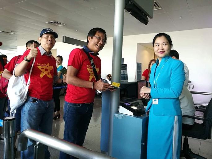 CĐV nhuộm đỏ các chuyến bay sang Jakarta tiếp lửa cho Olympic Việt Nam - Ảnh 23.