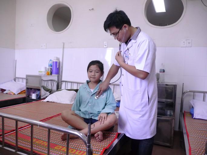 """Vụ cô bé mắc bệnh """"mồ hôi máu"""": Chưa có phác đồ điều trị - Ảnh 1."""