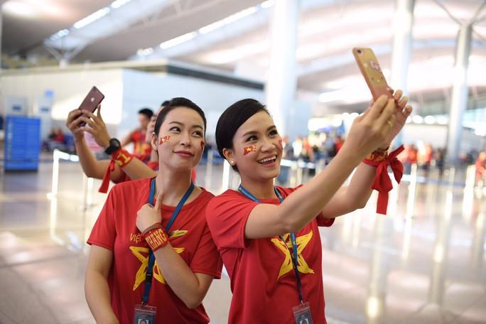 CĐV nhuộm đỏ các chuyến bay sang Jakarta tiếp lửa cho Olympic Việt Nam - Ảnh 4.