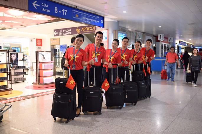 CĐV nhuộm đỏ các chuyến bay sang Jakarta tiếp lửa cho Olympic Việt Nam - Ảnh 11.
