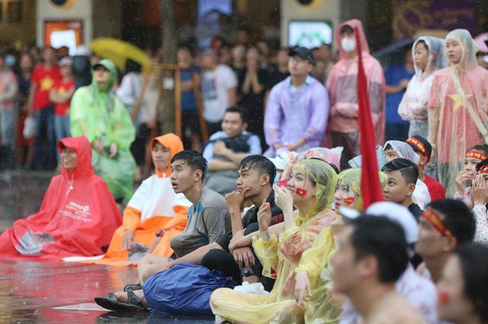 CĐV thắp lửa dưới mưa sau siêu phẩm của Minh Vương - Ảnh 26.