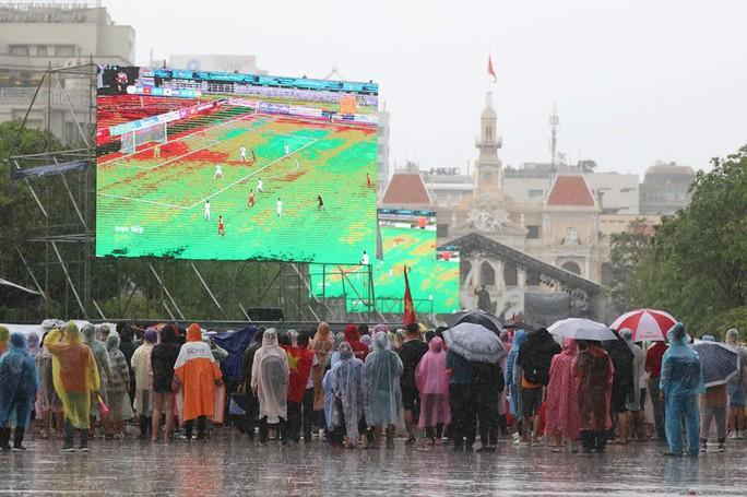 CĐV thắp lửa dưới mưa sau siêu phẩm của Minh Vương - Ảnh 25.