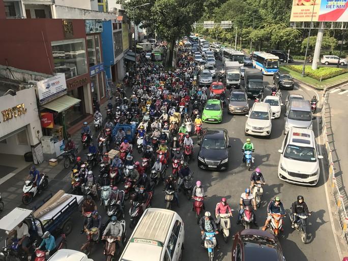 Không sự cố, giao thông cửa ngõ sân bay Tân Sơn Nhất vẫn rối loạn - Ảnh 1.