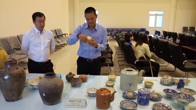 Một người hiến hàng trăm cổ vật giá trị cho bảo tàng - Ảnh 1.