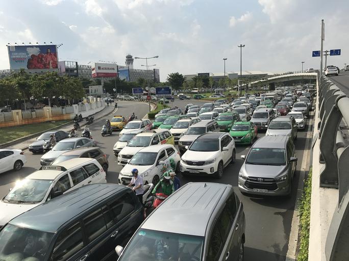 Không sự cố, giao thông cửa ngõ sân bay Tân Sơn Nhất vẫn rối loạn - Ảnh 2.