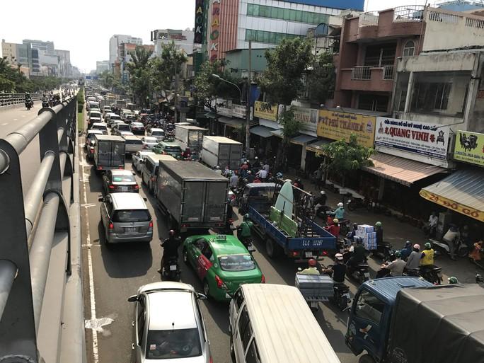 Không sự cố, giao thông cửa ngõ sân bay Tân Sơn Nhất vẫn rối loạn - Ảnh 4.