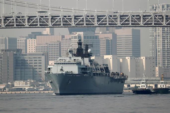 Tàu sân bay tấn công đổ bộ Anh cập cảng Tokyo - Ảnh 1.