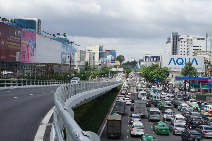 Không sự cố, giao thông cửa ngõ sân bay Tân Sơn Nhất vẫn rối loạn - Ảnh 3.