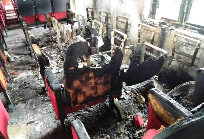 Điều tra vụ cháy hội trường UBND xã sau tiếng nổ, thiệt hại 580 triệu đồng - Ảnh 2.