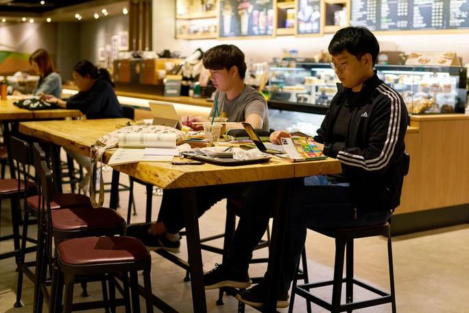 Hàn Quốc cấm bán cà phê trong trường học - Ảnh 1.
