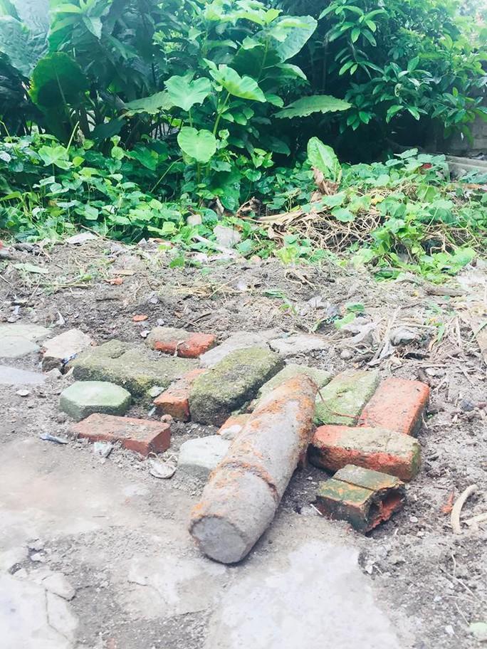 Đào phải bom còn nguyên thuốc nổ trong vườn nhà - Ảnh 1.